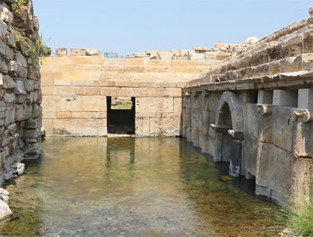 Ubicación en Denizli de la ''Puerta al Infierno'', con la entrada a la gruta a la derecha en medio de restos de los templos y santuarios