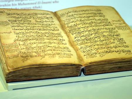 Un museo de Turquía exhibe un raro ejemplar del Corán de ocho siglos de antigüedad