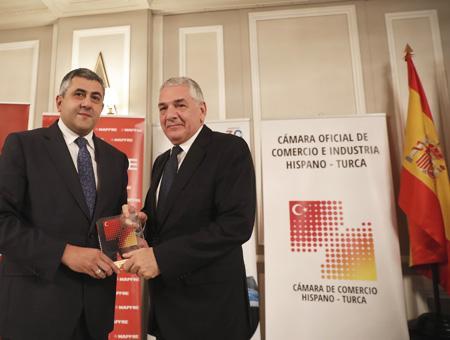 Önhon (derecha) recibe el premio en Madrid de manos del Secretario General de la Organización Mundial de Turismo
