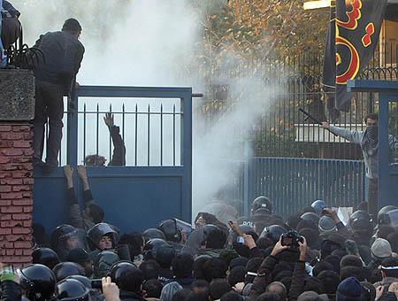 Imágenes del asalto a la embajada británica en Teherán en 2011
