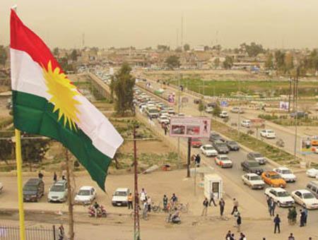 La bandera del Gobierno Regional Kurdo ondeando en la ciudad iraquí de Kirkuk