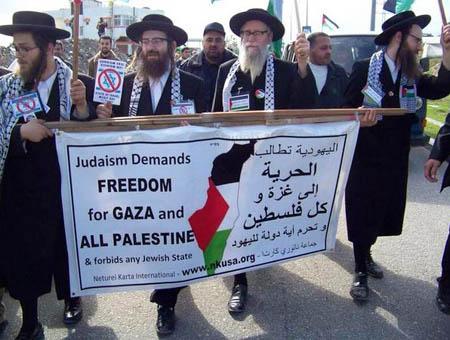 Un grupo de rabinos judíos de la comunidad Neturei Karta protestando contra la ocupación de Israel