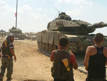 Tanques del ejército junto a efectivos del ELS en el norte de Siria