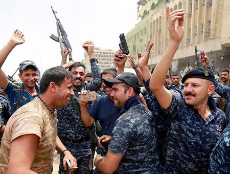 Soldados iraquíes celebran la victoria final sobre el Daesh en Mosul