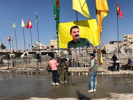 El YPG coloca banderas del PKK y una gran imagen de Öcalan en el centro de Raqqa