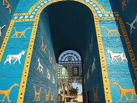 Reconstrucción de la Puerta de Ishtar en las ruinas de Babilonia (Irak)