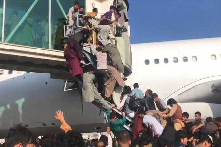 Afganistan afganos huyendo aeropuerto kabul