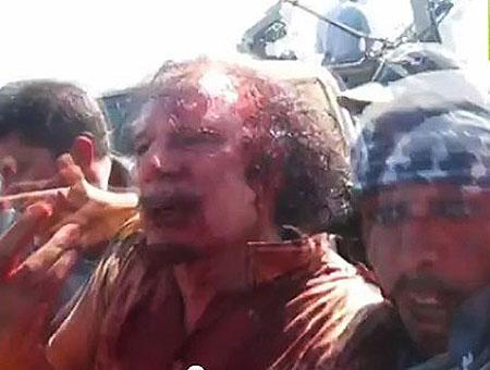 Imágenes de Gadafi poco antes de ser linchado por la multitud