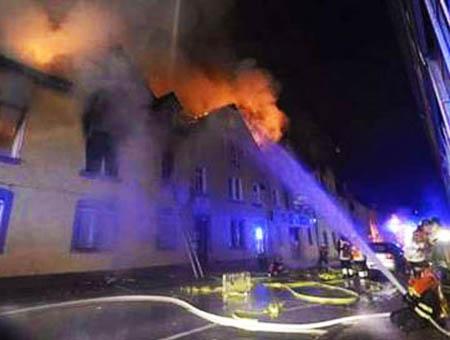 Bomberos alemanes intentan extinguir un incendio en un edificio de apartamentos habitado por residentes turcos el pasado marzo