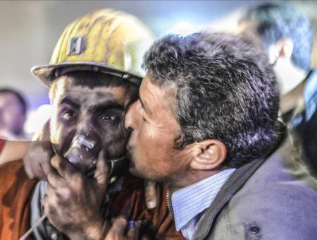 Una de las fotos tomada por Bülent Kılıç durante el desastre minero en Soma