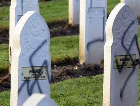 Lápidas profanadas con símbolos nazis en un cementerio musulmán de Francia