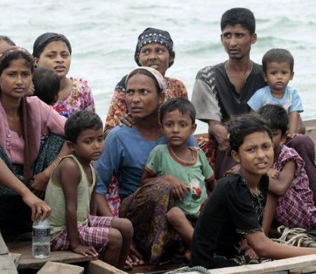 Refugiados de la etnia rohingya huyendo de Myammar
