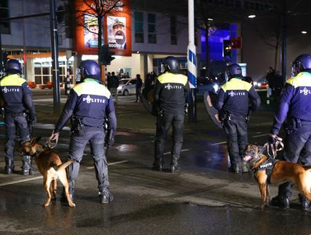 Policías antidisturbios holandeses con perros durante las protestas del fin de semana de la minoría turca en Rotterdam