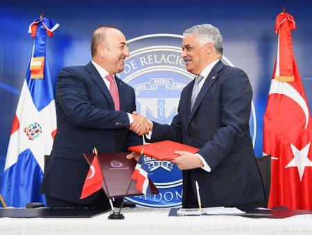 Çavuşoğlu y Vargas durante la visita del ministro turco a la R. Dominicana el pasado febrero