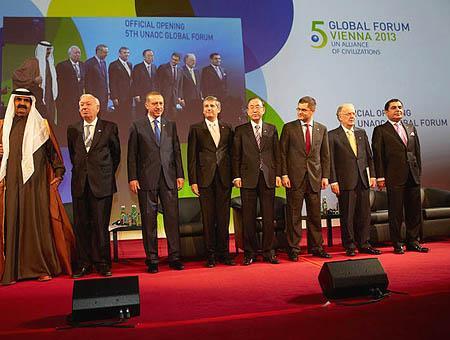 El ministro español de exteriores posa junto con Erdoğan, Ki-Moon y otros líderes durante el último encuentro de la Alianza organizado en Viena