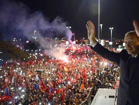 El primer ministro turco saluda a sus seguidores en Estambul el pasado mes de junio