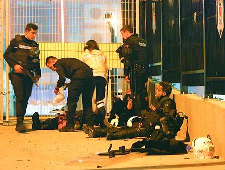 Varios policías heridos reciben los primeros auxilios tras la explosión del coche bomba junto al Vodafone Arena