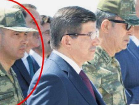 Levent Türkkan (I) junto al ex primer ministro Ahmet Davutoğlu (C) y el general Hulusi Akar (D)