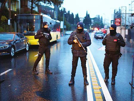 Policías turcos armados junto al Club Reina de Estambul, donde el Daesh atentó en la Nochevieja de 2016