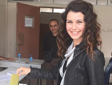 La actriz Beren Saat, protagonista de la serie turca ''Fatmagül'', votando en las elecciones de 2015