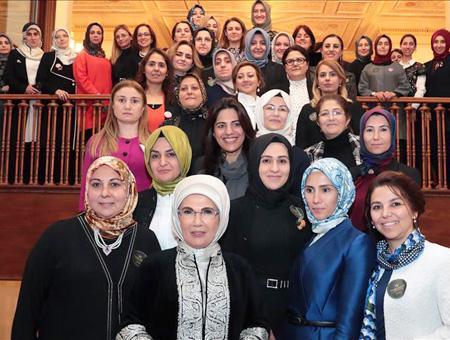 Emine Erdoğan, esposa del presidente turco, posa en una foto con varias mujeres en un encuentro celebrado en el marco de la cumbre