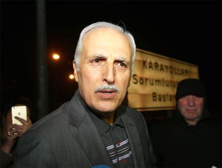 Hüseyin Avni Mutlu a su salida del juicio
