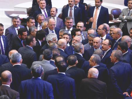 Aprobada entre tensiones en el parlamento turco la ley que autoriza las alianzas electorales