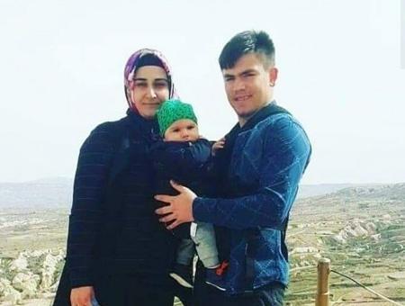 El soldado turco Sercan Karakaya en una foto con su mujer y su hijo asesinados