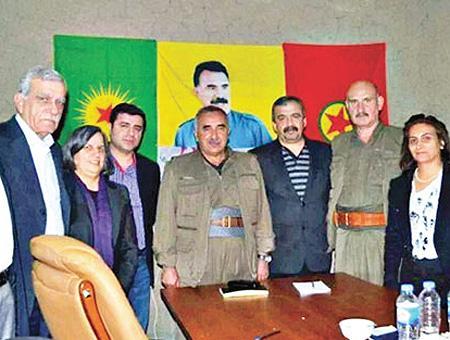 Ahmet Türk (alcalde de Mardin), Gültan Kışanak (antigua alcaldesa de Diyarbakır) y Selahattin Demirtaş (expresidente del HDP) posan en una foto con el líder del PKK, Murat Karayılan