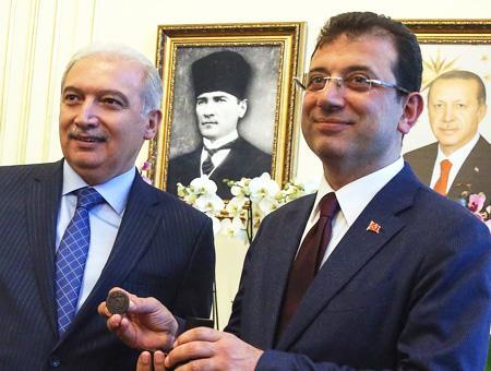 El alcalde saliente, Mesut Uysal (izquierda), junto a Ekrem İmamoğlu (derecha)