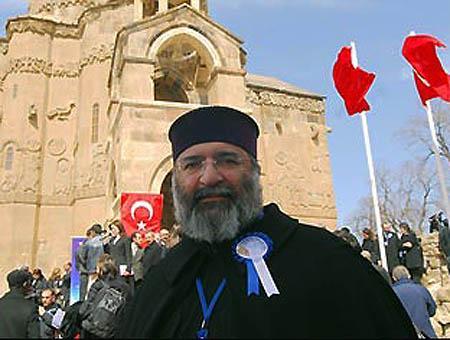 El Patriarca Armenio de Constantinopla, Mesrob II Mutafyan, en la iglesia armenia del Lago Van (Turquía)