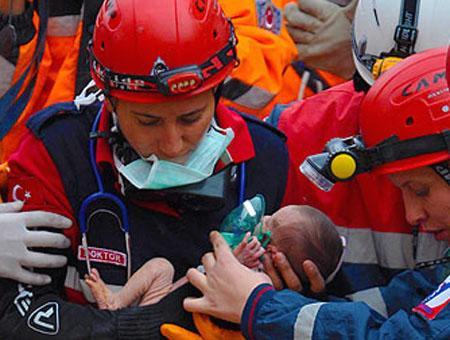 Los equipos de rescate turcos recuperan a un bebé de entre las ruinas del terremoto