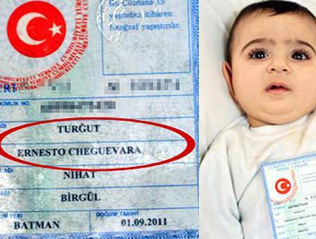 El pequeño Ernesto Cheguevara Turğut posa junto a su documento de identidad