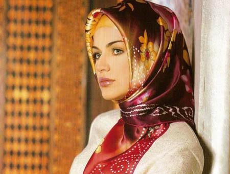 Una modelo turca vistiendo el típico velo o hiyab