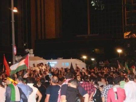 Protesta en contra de los bombardeos sobre Gaza frente al consulado israelí en Estambul