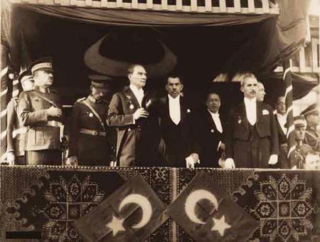 Atatürk en 1933 durante la celebración del 10º aniversario de la República Turca