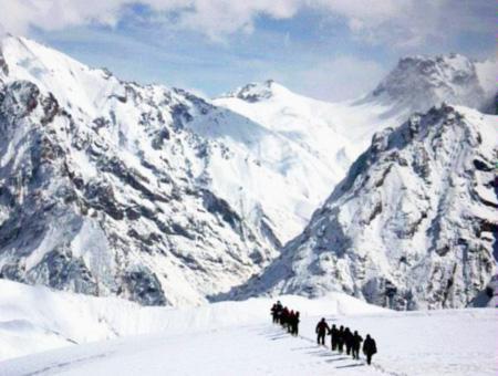 Montaña nieve montañeros