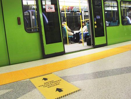 Bursa metro vagon mujeres