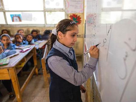 Niños refugiados sirios en una escuela