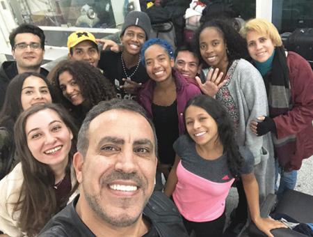 El cantante turco Haluk Levent posa en primer plano con los bailarines colombianos