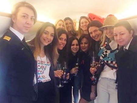 Mina Başaran (2ª por la izquierda) posando en el interior del avión con sus amigas y la tripulación