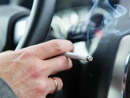 Fumar tabaco coche conductor