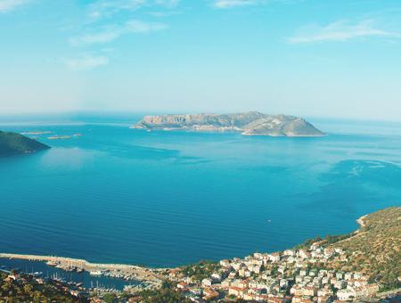 La isla griega de Kastelorizo, vista desde lo alto del municipio turco de Kaş