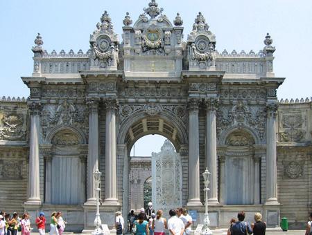 Puerta principal de entrada al Palacio de Dolmabahçe (Estambul)