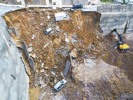Estambul derrumbe muro coches