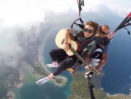 Fethiye artista china guitarra paracaidas