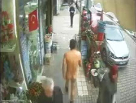 Bursa hombre desnudo calle