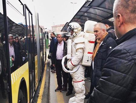 Estambul astronauta metro autobus
