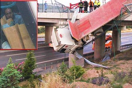 Turquia conductor camion colgando puente